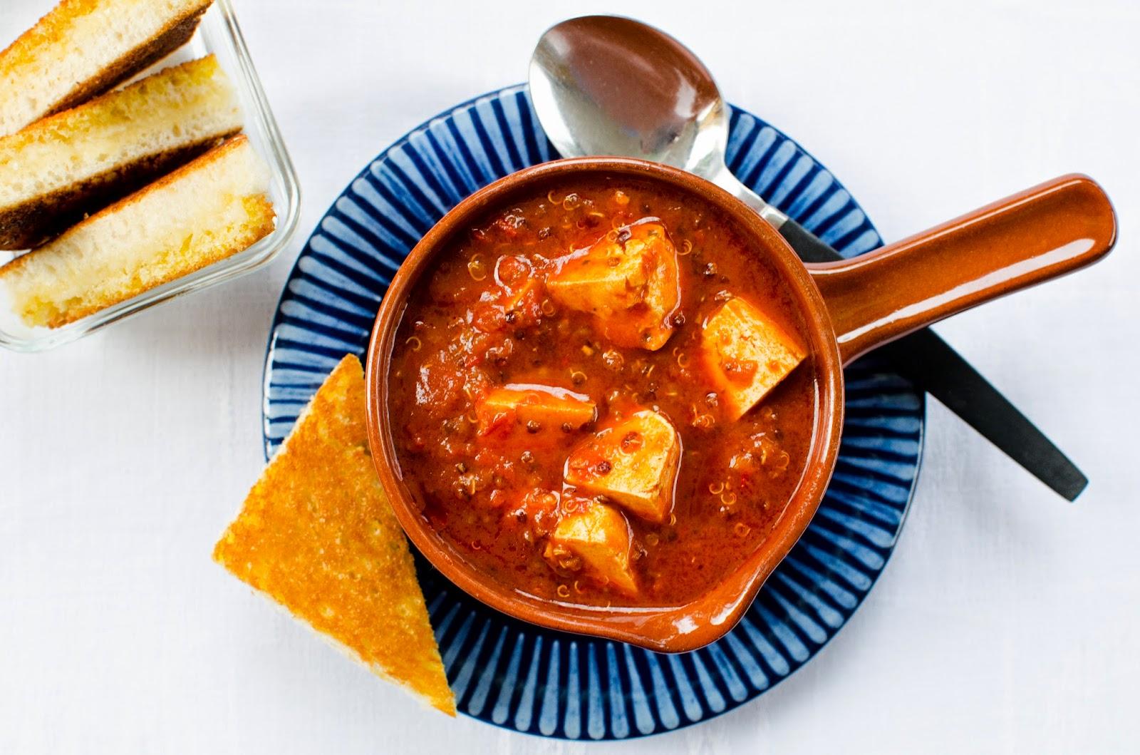 Tomatsoppa med tofu och röd quinoa