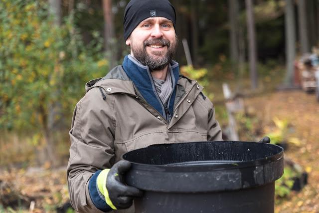 Johannes Wätterbäck med gödselvatten Farbror Grön