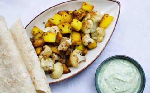 Stekta tärningar av potatis och blomkål med indisk kryddning