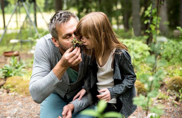 Johannes Wätterbäck luktar på primula rötter Farbror Grön