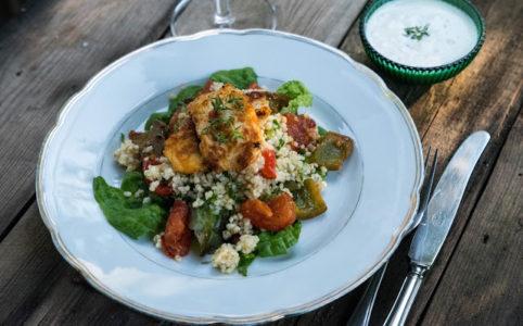 bulgursallad med stekta grönsaker och halloumi