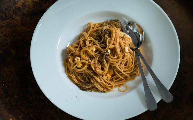 Tomatpasta. Spagetti med tomatsås och mozzarella