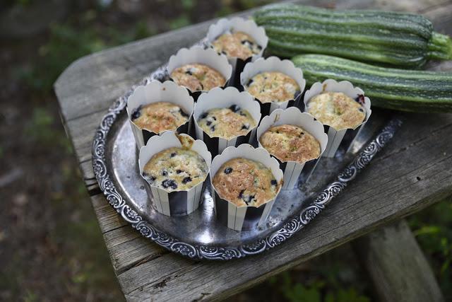 Saftiga zucchinimuffins med blåbär