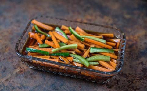 gurka och morot i sojavinägrett