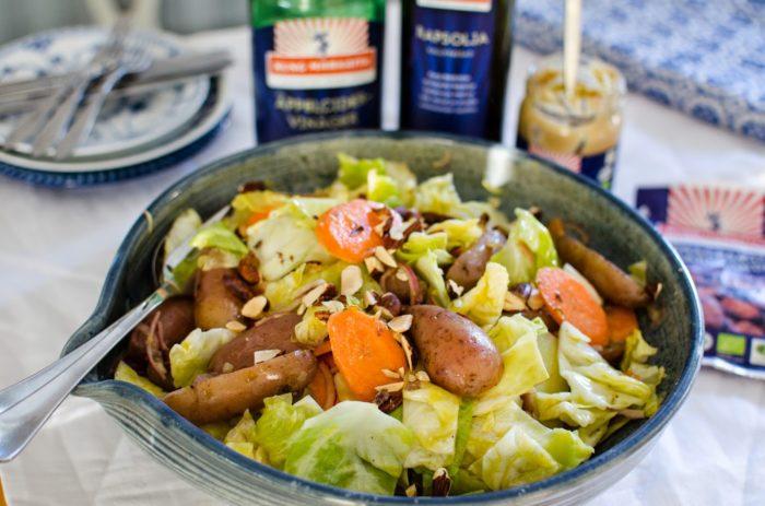 Potatissallade med kål och morötter