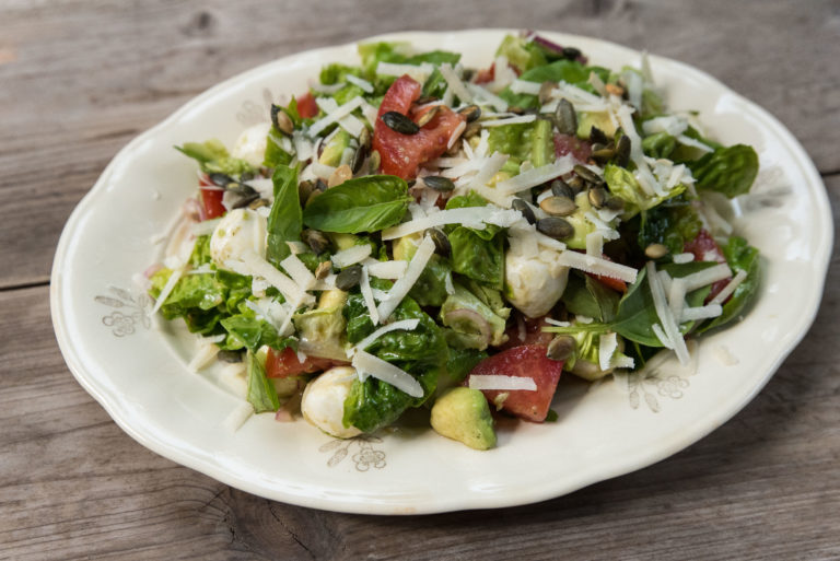 Sallad med avokado, tomat och mozzarella