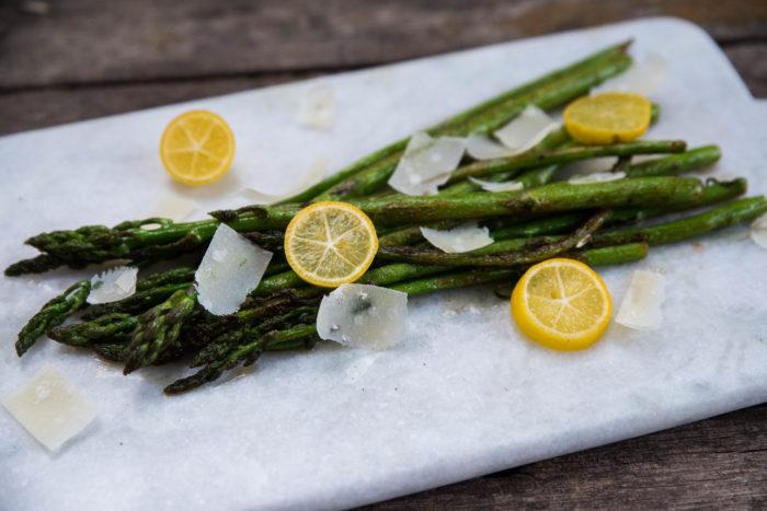 Stekt sparris med citron och hyvlad parmesan.
