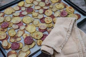 Potatisskivor på plåt
