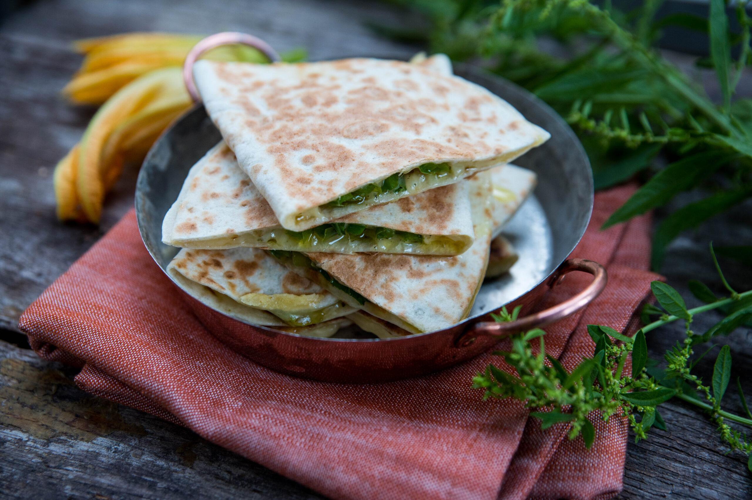Quesadillas med epazote och zucchiniblommor