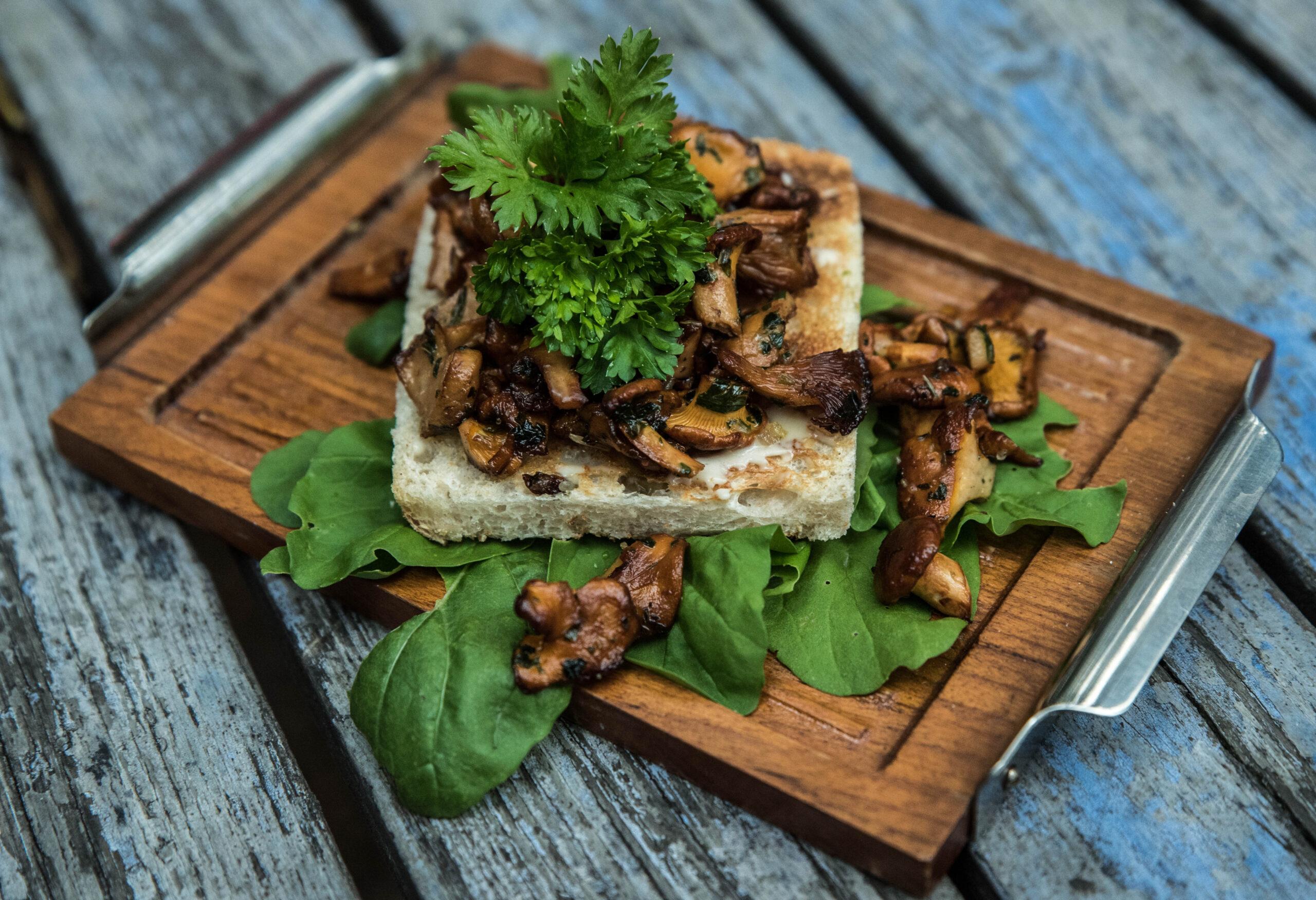 Kantarellsmörgås med persilja