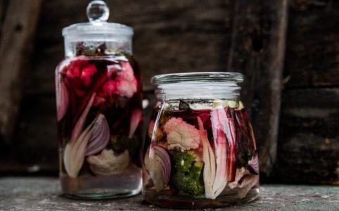 Picklade grönsaker i glasburk