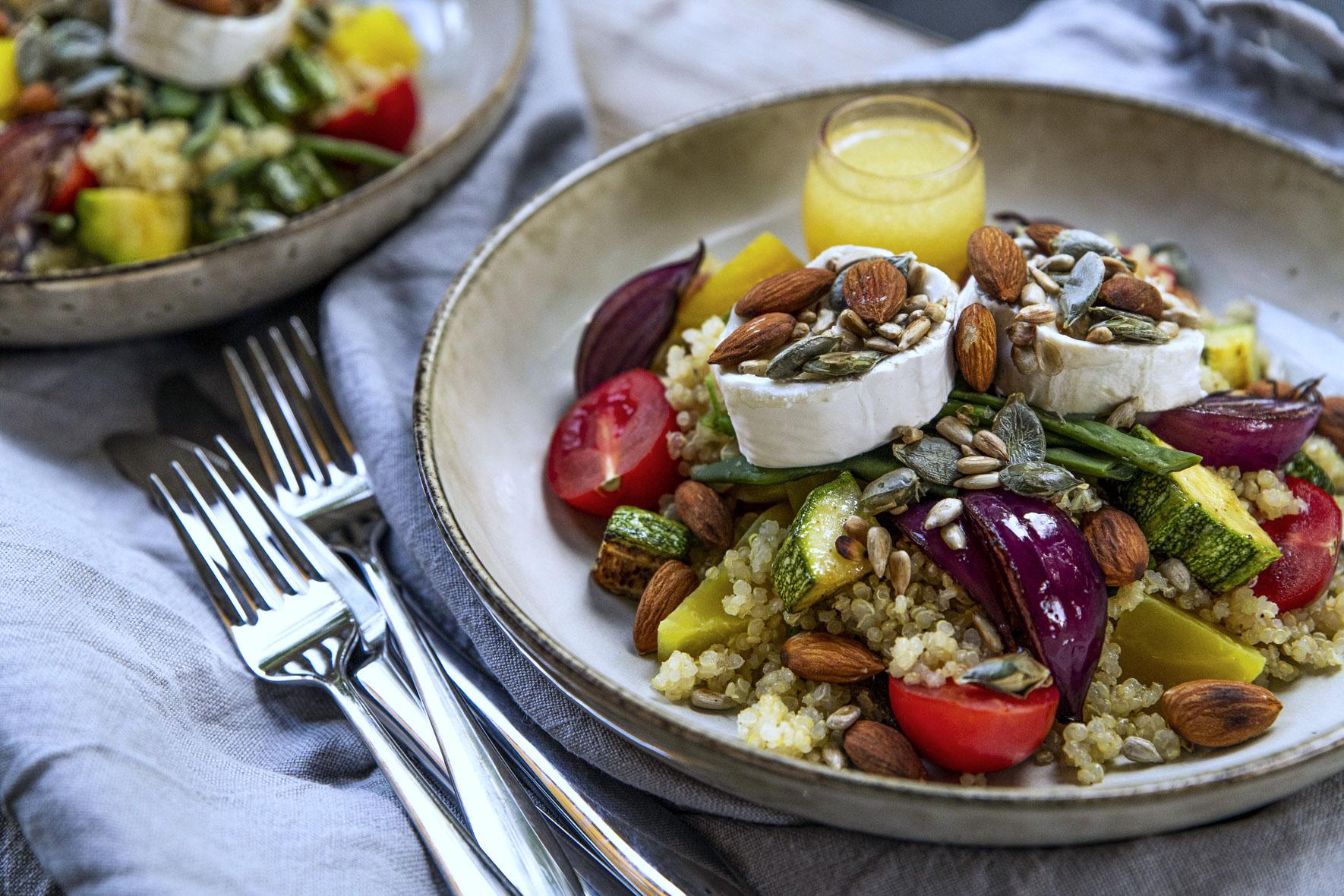 Quinoasallad med blandade grönsaker, chèvre och citrondressing