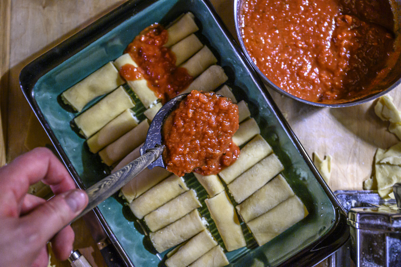 Canneloni med pestofyllning och tomatsås.